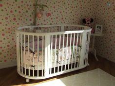 Quarto bebê | O berço tem duas possibilidades de montagem, redondo ou oval, para cada fase do bebê | O piso de madeira e o tapete deixam o quarto mais aconchegante | marcelasantiago.com.br