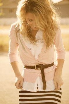 para la falda de rayas...mire el cinturon. camisa blanca, saquito por encima de algun color lindo!
