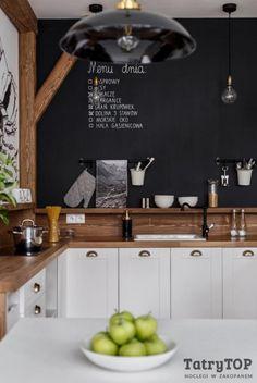 Aranżacja kuchni ze ścianą z farbą tablicową - Lovingit.pl