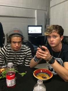 Bradley Simpson & Connor Ball❤️❤️❤️❤️ >> Brad kinda looks like Harry Styles a but in this picture