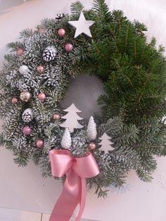 Zasněžený+les...věnec+na+dveře....+Věneček+na+dveře z+voňavé+jedličky+v+kombinaci+ledově+zlaté+a+bílé.+Průměr+37+-40cm. Christmas Plants, Christmas Tree Design, Christmas Mood, Merry Christmas And Happy New Year, Pink Christmas, Xmas Tree, Christmas Flowers, Christmas Decorations, Christmas Interiors