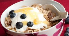 5 Foods You Can Replace with Greek Yogurt: Sour Cream, Regular Yogurt, Mayonnaise, Cream Cheese, Milk (Article Includes Tips) Healthy Life, Healthy Eating, Healthy Food, New Recipes, Healthy Recipes, Eating Alone, Greek Yogurt, Sour Cream, Oatmeal