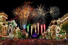 Fireworks~ Over Main Street Disney Vintage Disneyland, Disneyland Trip, Disneyland Resort, Disney World Secrets, Disney World Tips And Tricks, Disney Fireworks, Fireworks Photography, Tokyo Disney Sea, Disney Love