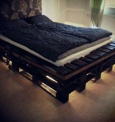 Wooden Pallet Furniture DIY Pallet Bed Frame with Lights - The main feature of a bedroom is the bed! Perk up your bedroom look with a smart do it yourself pallet bed that requires little expenditure, effort and time Wooden Pallet Beds, Diy Pallet Bed, Diy Pallet Projects, Diy Bed, Wooden Diy, Pallet Ideas, Pallet Headboards, Headboard Frame, Pallet Designs