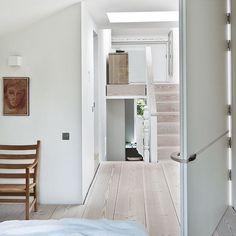 Keltainen talo rannalla: Persoonallisia koteja Terraced House, London Townhouse, London House, Victorian Terrace, Victorian Homes, Grand Dressing, White Wood Floors, Wood Flooring, Natural Flooring