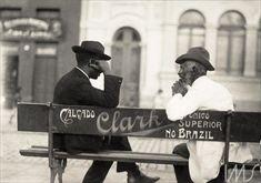 Vicenzo Pastore, homens conversando na praça, anúncio Calçados Clark, 1910