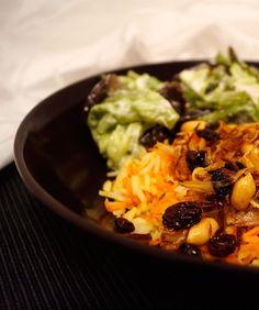 Rezept für indischen Möhren Reis mit einem Topping aus gebratenen Zweibeln, Rosinen und Zweibeln. Schnell und einfach zuzubereiten | Recipe for indian carrot rice