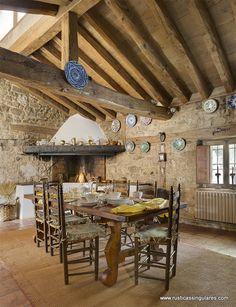 La chimenea original continúa siendo un rincón que invita al relax
