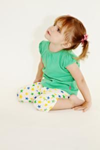Green and cream starry frog leggings made with 100% cotton.  Lightweight and 3/4 length in the legs - perfect for summer.  Ideal for babies up to 3 years old and they are unisex too!  The soft cotton makes them very comfortable.  They are available in three sizes: 6-12 months, 12-24 months and 24-36 months.
