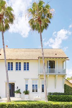Designer Lindsey Coral Harper helps a blank space let loose in Vero Beach, Florida. Vero Beach Florida, Old Florida, Palm Beach, Windsor Florida, Florida Homes Exterior, Windsor Homes, Beach Condo, Beach Homes, Home Exterior Makeover