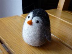 ein kleiner Pinguin  aus Filz in liebevoller Handarbeit entstanden, sehr formstabil und zugfest an einem Stück  aus Wolle nassgefilzt.  bitte be... Ranger, Etsy, Crafts, You're Welcome, Wool, Weaving, Child Room, Puppets, Handarbeit