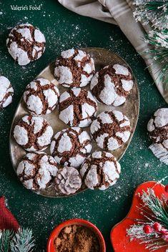 Bună ziua dragi pofticioși. Astăzi vă prezint rețeta mea de BISCUIȚI CRĂPĂCIOȘI. Aceștia sunt atât de arătoși încât în primul rând îi mănânci cu ochii apoi îi guști. Sper să vă placă rețeta, este una potrivită pentru că se apropie sărbătorile de iarnă și vor fi bine-venite pe mesele dumneavoastră. … Candy, Cookies, Drinks, Desserts, Food, Sweet, Crack Crackers, Toffee, Beverages