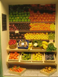 Miniature dollhouse grocery stands with vegetables in crates Train Miniature, Miniature Rooms, Miniature Crafts, Miniature Furniture, Vegetable Shop, Vegetable Stand, Polymer Clay Miniatures, Dollhouse Miniatures, Dolls House Shop