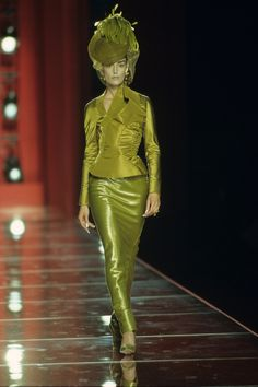 See the complete Christian Dior Fall 2000 Couture collection.