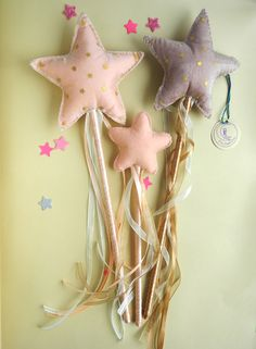 Organza and felt fairy wands embroidered with gold stars for a flower girl or a princess fairy Diy Resin Crafts, Felt Crafts, Fabric Crafts, Flower Girl Gifts, Flower Girl Basket, Diy For Kids, Gifts For Kids, Baby Store Display, Wedding Wands