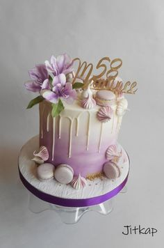 Drip cake with alstromerias and macarons Birthday Drip Cake, 90th Birthday Cakes, Birthday Cake For Mom, Beautiful Birthday Cakes, Birthday Cake With Flowers, Gold Dripping Cake, Cakes Originales, Drippy Cakes, 18th Cake