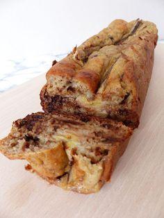 Ingrédients: -40 g de flocons d'avoine -2 bananes bien mûres (+ 1 pour la déco) -80 g de farine -1 paquet de levure chimique -1 yaourt nature -70 g d pépites de chocolat (j'ai mis mes p…