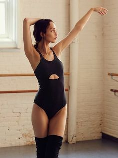 Yoga Style Outfits Dance Ideas For 2019 - Bag, shoes, clothes woman shops Style Outfits, Sporty Outfits, Dance Outfits, Fashion Outfits, Ballet Outfits, Ballet Fashion, Yoga Fashion, Dance Fashion, Female Pose Reference