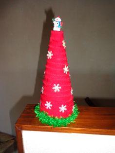 Nodig: piepschuim kegel, restje stof in reepjes, sneeuwvlok confetti, restje groene wol en een klein sneeuwpopje o.i.d.. Vastgezet met kleine speldjes (zonder kop)