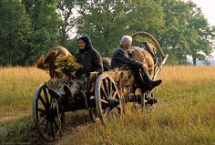 Just like before the Revolution - present-day village Chukhrai in Western Russia, lost in woods and time. Zar Nikolaus Ii, City People, People Of The World, Eastern Europe, Farm Life, Country Life, Cool Pictures, National Parks, Folklore