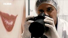 Syd trabaja como dependiente para una clínica que vende virus cultivados en la piel de celebridades. Decidido a hacerse con un sobresueldo, el chico, que se dedica también a la venda ilegal, terminará por adentrarse en un entramado de conspiraciones. #Antiviral #thriller #cienciaficcion #enfilmin Sarah Gadon, Trailer Peliculas, Selfie, Fur, Celebs, Selfies