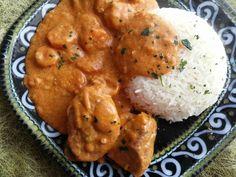 Le maffé (mafé, maafé) est un plat inventé par les bambaras du Mali. C'est une sauce succulente à base de pâte d'arachide qui peut être accompagnée de poulet ou de viande. Ce plat traditionnel s'accompagne généralement avec du riz. • Ingrédients 1 kg de viande de bœuf pour sauce 2 gousse d'ail 2 oignons moyens 1 …