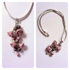 Ciondolo con rose e perline in porcellana fredda color rosa antico. Per info zeudicreazioni@gmail.com