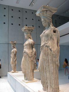 Le Cariatidi sono strutture utilizzate come colonne e rappresentano figure femminili. Componevano l'Eretteo nell'acropoli di Atene. Attualmente sono conservate al museo dell'acropoli di Atene.