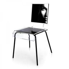 Avec cette chaise transparente au visage féminin en noir et blanc, apportez une touche chic, originale et raffinée a vote intérieur.