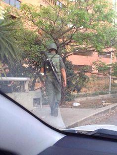 En las redes preocupación por este militar con fusil de francotirador en Santa Fe, Caracas (5:00PM)