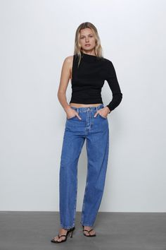 High collar top with long sleeves and pleats at shoulders. hidden in-seam side zip closure. back vent. Collar Top, High Collar, Black Mom Jeans, Zara Home Stores, High Neck Top, Asymmetrical Tops, Blouse Outfit, Blouse Online, Zara Women