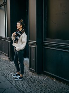 Street-style outfit inspiration for wearing sneakers with summer season clothes. Jeans Und Vans, Jeans And Sneakers, Black Sneakers Outfit, Sneakers Fashion Outfits, Jeans Outfit Winter, Winter Outfits, Summer Outfits, Vans Noir, Germany Outfits