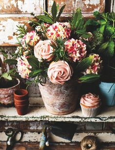 Giving edible flowers a whole new meaning. Trust us when we say that this cupcake flowerpot bouquet is the best gift a mum could ask for! Cake Pop Bouquet, Cupcake Flower Bouquets, Edible Bouquets, Flower Cupcakes, Rose Cupcake, Hydrangea Cupcakes, Edible Flowers, Mini Cupcakes, Tolle Cupcakes