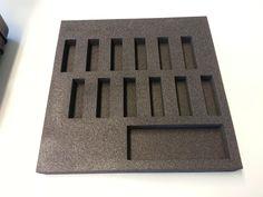 Ein individueller Schaumstoffeinsatz für eine Schmuckvitrine, der mit unserem bwh-Koffer-Schaumstoff-Konfigurator erstellt worden ist.