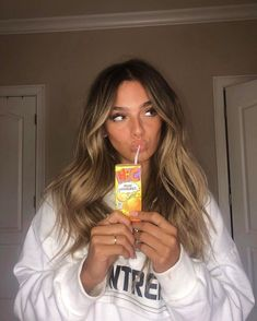 Caramel Highlights Hair 9 Best Fall Hair Trends That Will Inspire Your Next Look Brown Hair Balayage, Brown Blonde Hair, Brunette Hair, Hair Highlights, Caramel Highlights, Blonde Honey, Honey Balayage, Blonde With Dark Roots, Bronde Balayage
