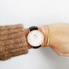 モヘアのニット&華奢なブレスレットに、腕時計で程よいアクセント。