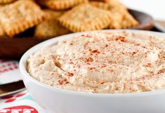 Beer Cheese Crackers and Spread. Beer Cheese Crackers with Beer Cheese Spread Appetizer Dips, Appetizer Recipes, Delicious Appetizers, Mayonnaise, Cooking With Beer, Beer Cheese, Sauce Tomate, Cheese Spread, Milk Recipes