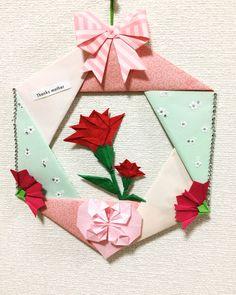 母の日折り紙カーネーションリース(手作り) 折り紙ハートの中にメッセージを書いても良いですね!