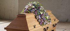 Werkstückanalyse: Blütendach als Sargschmuck Funeral Tributes, Cemetery Flowers, Sympathy Flowers, Funeral Flowers, Flower Quotes, Casket, Coffin, Bloom, Patio