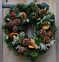 Natural Christmas Wreath - Fresh Wreaths from SendMeAChristmasTree Homemade Christmas Wreaths, Homemade Wreaths, Christmas Wreaths To Make, Christmas Flowers, Green Christmas, Christmas Ideas, Natural Christmas Tree, Simple Christmas, Merry Christmas