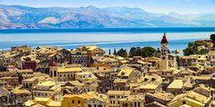 Über den Dächern von Korfu-Stadt, auch Kerkyra genannt, der Hauptstadt der Insel