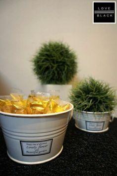 セリアの園芸用のトレーに、イミテーショングリーンを飾ったり、お菓子を入れたり。 http://iemo.jp/articles/3062