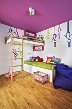 Patrová postel v holčičím pokoji šetří místo. Spodní postel je pod horní zvýšené lůžko zasunuta jen částečně, výhodou takového řešení jsou především menší zdravotní rizika – v případě palandy totiž dítě na spodním lůžku inhaluje vlhkost odváděnou z postele nad ním.