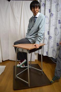このポーズは ・机に腰かけているポーズを色んなパターンで ・学校机でいろんなポーズをしてる様子が欲しいです。ちょっとふざけあってる様子など、机と椅子が入ると地味に書き起こすのが面倒で… というリクエストをいただいて撮影しました。 アイレベル ハイアングル(俯瞰) ローアングル(アオリ) このポーズは、↓以下のポーズ集に収録されています 男子ポーズ写真集①~制服と教室のシチュエーションポーズ3313枚~