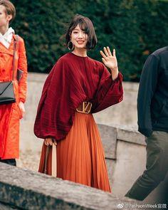Park Shin Hye Hits Fashion Home Run in Valentino at Paris Fashion Show Look Fashion, High Fashion, Autumn Fashion, Womens Fashion, Paris Fashion, Colorful Fashion, Street Fashion, Fashion Fashion, Mode Outfits
