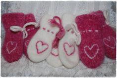 Oppskrift på tovete votter har vært en gjenganger i julekalenderene jeg har hatt. Da jeg la ut bilde av små hjertevotter for litt siden, fi... Knitting For Kids, Baby Knitting, Crochet Hooks, Knit Crochet, Baby Booties, Knitting Needles, Mittens, Tatting, Knitting Patterns