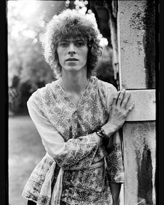 THE CHILDREN OF THE SUMMER'S END... Gathered in the dampened grass.... We played our songs And felt the Londen sky Resting on our hands... SOTD: MEMORY of a Free Festival Have a great MONDAY everyone...#davidrobertjones #davidbowie #memoryofafreefestival #sixtiesbowie #hippybowie