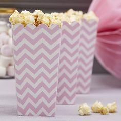 Originelle Popcorn-Tüte im angesagten Chevron-Muster für kleine Snacks zum Naschen für die Hochzeitsgäste