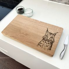 This hand-crafted oak chopping board displaying a majestic lynx cat design is a wonderful gift for any nature lover! If you love to cook and entertain, our chopping boards will serve with style and function. Oak Chopping Board, Wooden Chopping Boards, Cat Design, Lynx, Display, Entertaining, Cook, Nature, Gifts