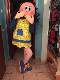 Disfraz de fofucha hecho de goma eva y papel mache